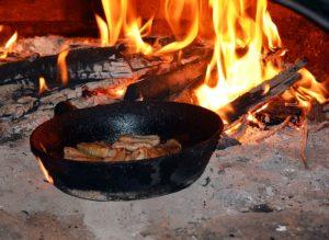 Eisenpfannen am offenen Feuer